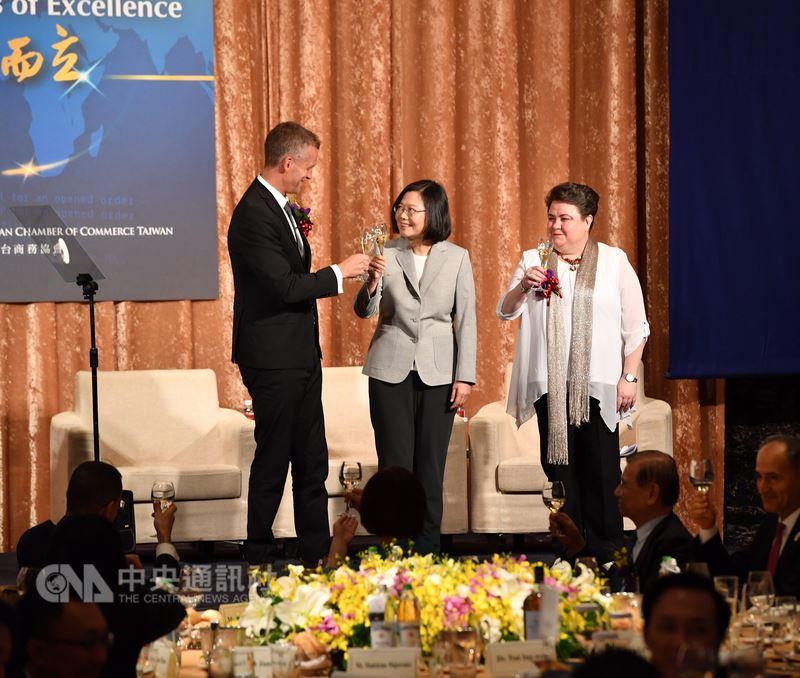 總統蔡英文(中)17日在台北出席歐洲商會2018年歐洲日晚宴,與歐洲商會理事長何可申(左)、歐洲經貿辦事處處長馬澤璉(右)一同舉杯互敬。中央社記者王飛華攝 107年5月17日