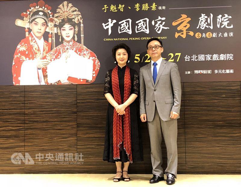 中國國家京劇院的當家名角于魁智(右)與李勝素(左)抵台,22日起將率中京院80人團隊演出6天7場好戲,內容有新編有傳統,吸引中、港、日的戲迷一同朝聖。中央社記者汪宜儒攝 107年5月18日