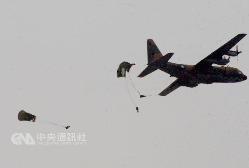 陸軍航特部上兵秦良丰17日在台中清泉崗基地發生跳傘意外。此為示意圖,非事件照片。(中央社檔案照片)
