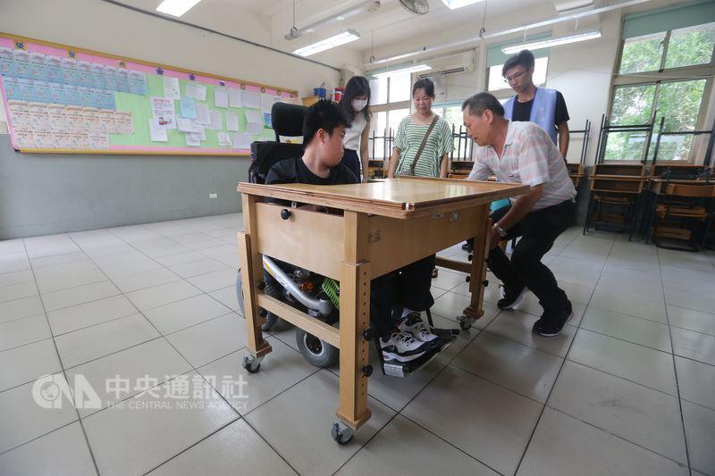 107年國中教育會考將於19日、20日登場,身心障礙考生18日下午前往位於松山工農的特殊考場,在輔具業者陪同下,測試考場設備。中央社記者徐肇昌攝 107年5月18日