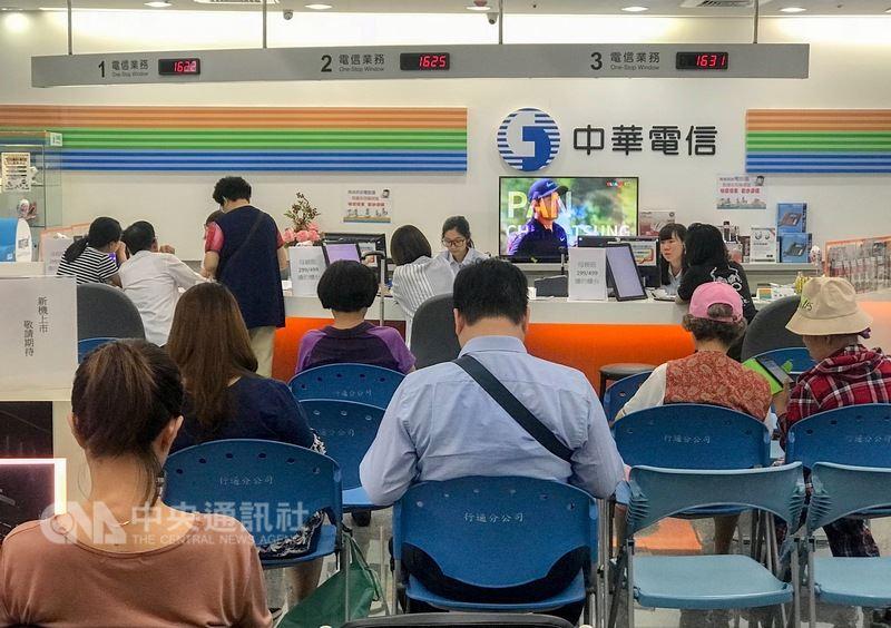 電信三雄推出499吃到飽擴大全民方案,為期7天的短期促銷,引起申辦熱潮。(中央社檔案照片)