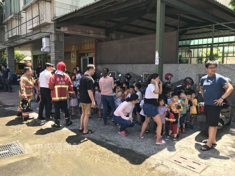 台南市永康區一家幼兒園18日下午驚傳火警,消防局趕往灌救,並疏散幼兒園小朋友及教職員近百人。(翻攝照片)中央社記者張榮祥台南傳真 107年5月18日