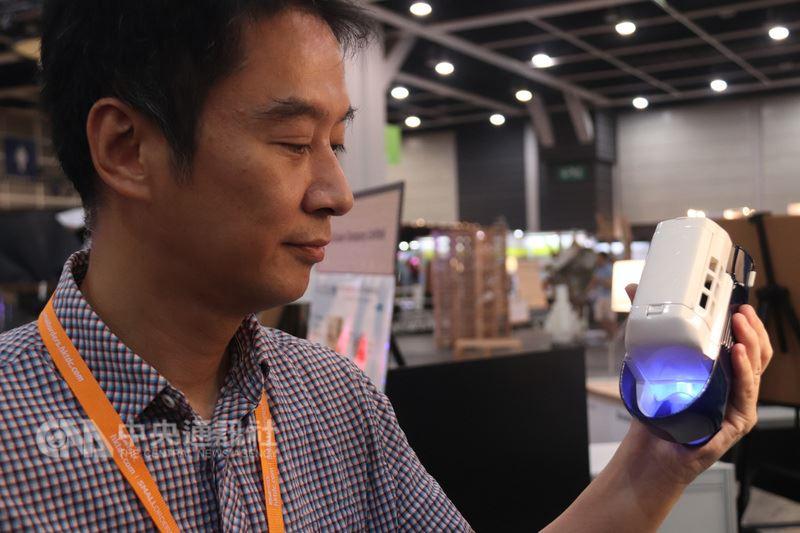 香港當局正致力發展創科業,圖為16日舉辦的展覽活動「創業日」預展上,發展商手持號稱是全球最小的戶外冷氣機。中央社記者張謙香港攝  107年5月17日