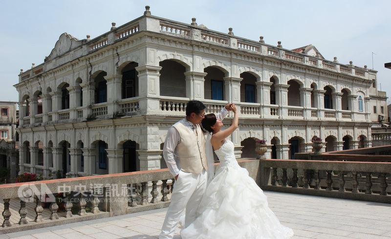 金門縣政府打造金門成為新人婚紗拍攝與蜜月旅遊的浪漫海島,邀請海內外愛侶來拍攝婚紗、辦婚宴,並推出愛情主題旅遊。圖為在陳景蘭洋樓拍攝婚紗照的新人。中央社記者黃慧敏攝 107年5月18日