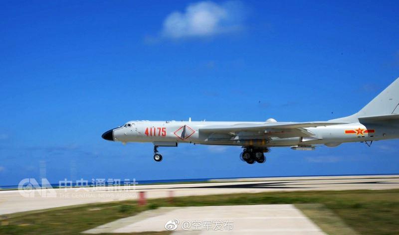 中共空軍18日公布轟6K戰機(圖)編隊在南部海域島礁起降訓練。陸媒依據影音、圖片分析,這次轟6K戰機是在西沙群島永興島進行起降訓練。(取自空軍發布官方微博)中央社 107年5月18日