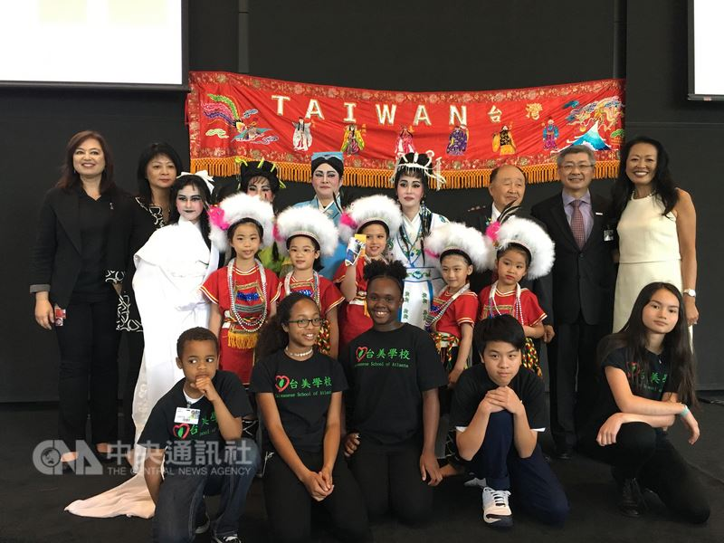總部位於亞特蘭大的可口可樂公司16日舉行「台灣文化日」活動,台灣原族民族舞蹈及鼓隊的表演充滿熱情活力。(駐亞特蘭大辦事處提供)中央社記者鄭崇生華盛頓傳真  107年5月18日