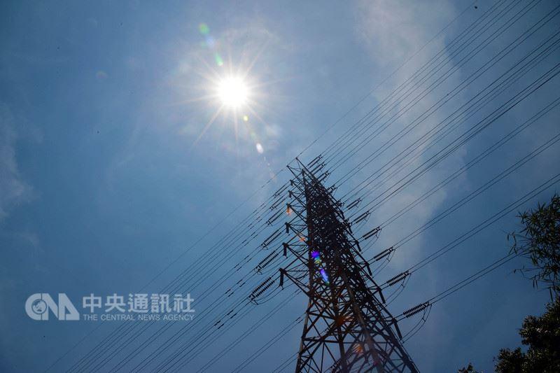 大台北地區18日中午飆出攝氏37.4度高溫,再度刷新今年台北高溫紀錄。 中央社記者孫仲達攝 107年5月18日
