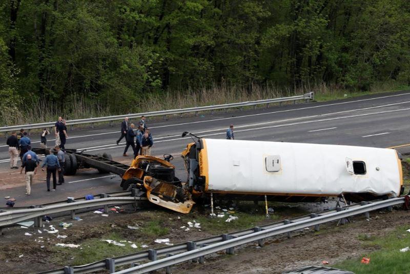 美国新泽西州的州际公路17日发生校车与倾卸车相撞事故,官员表示,出事校车载送的是5年级学生,这次事件造成一位老师和一位学生丧生,另有43人受伤。(路透社提供)
