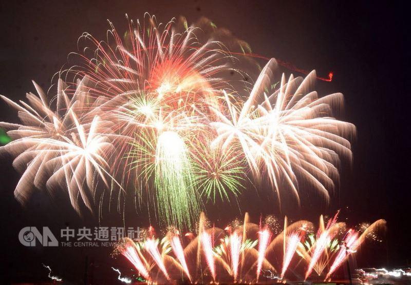 根據澎湖縣政府旅遊處統計,今年4月觀光人數達13萬2126人,海空運也雙雙成長,比去年同期增加近2萬人次,可見澎湖國際海上花火節頗具吸引力。中央社 107年5月18日