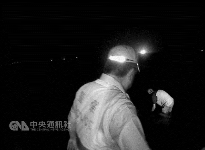 66歲陳姓男子(右)17日晚間持美工刀在東北角海岸走向海中欲輕生,警方到場苦勸陳男仍不願回應,還向員警潑水,陳男突然轉身走向海裡,警方見狀上前將他壓制,所幸無人受傷。(翻攝照片)中央社記者王朝鈺傳真  107年5月18日