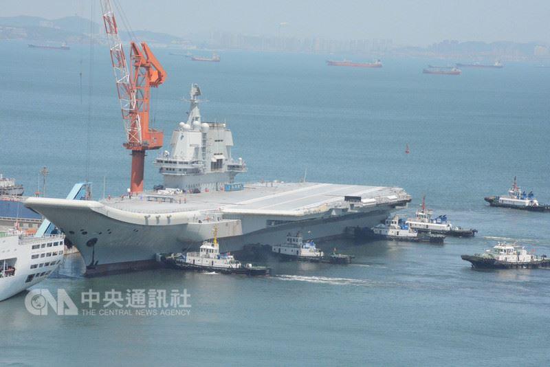 中國首艘國產航空母艦18日完成為期5天的首次海上試驗,此次試驗從5月13日開始,主要檢測驗證動力系統等設備的可靠性和穩定性。圖為航艦返抵大連造船廠。(中新社提供)中央社  107年5月18日