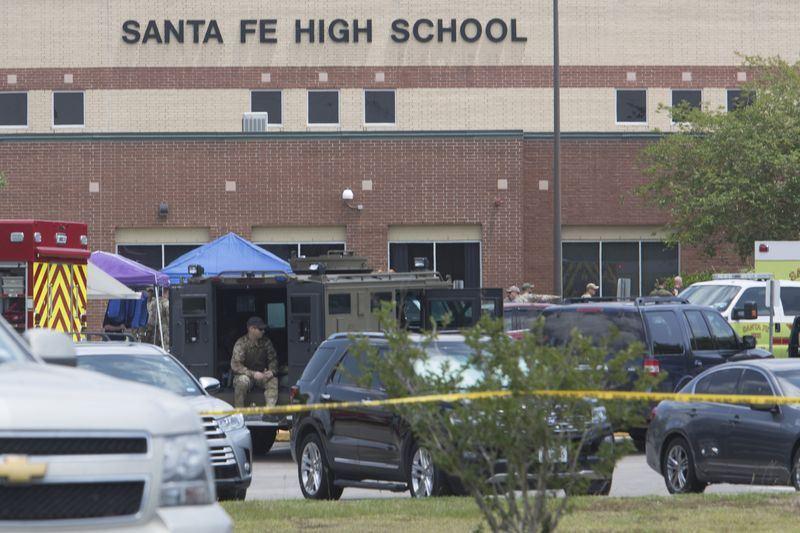 美國德州聖塔菲高中18日發生槍擊案,造成10人死亡和至少10人受傷。(法新社提供)