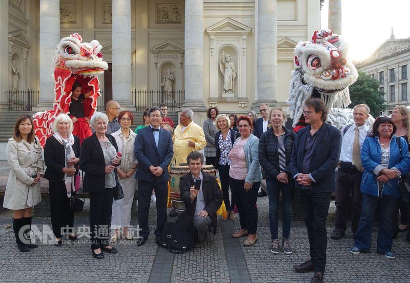 柏林台灣廟會民俗文化特展,即日起在台灣文化廳展出到6月8日,圖為16日開幕典禮的舞獅表演。(駐德代表處提供)中央社記者林育立柏林傳真 107年5月18日