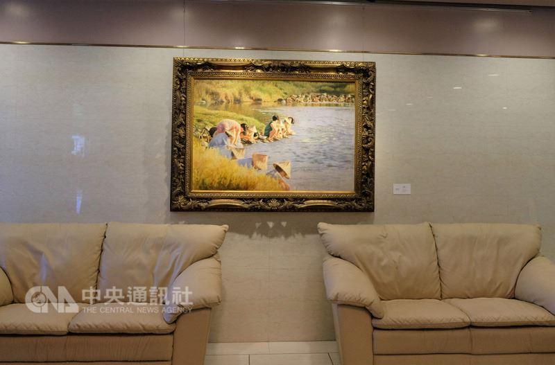 駐日代表處從20日起展出台灣跨世代藝術家畫作,為期一年,圖為掛在一樓大廳的台灣畫家李梅樹所繪「清溪浣衣」。中央社記者黃名璽東京攝 107年5月20日