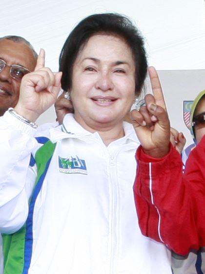 馬來西亞前第一夫人羅斯瑪(中)被民眾抱怨聘請美髮師費用高昂,許多人拿她與生活同樣奢侈的菲律賓前第一夫人伊美黛相提並論。(圖取自維基共享資源;作者:Klmarathon,CC BY 3.0)