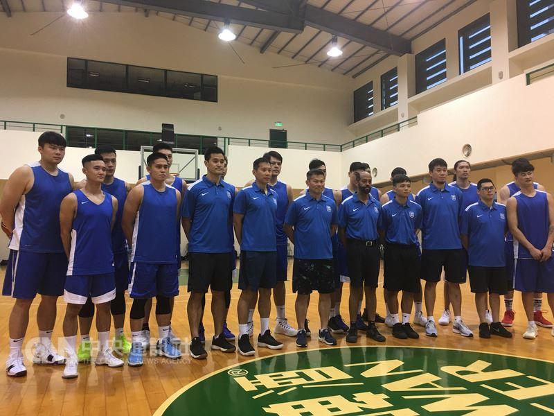 為備戰世界盃男籃賽亞洲區資格賽第一輪第3階段,中華男籃21日晚間在景美台啤球場開訓,18名入選培訓名單的球員,共有15人出席。中央社記者龍柏安攝 107年5月21日