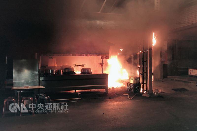 台南市一家知名鵝肉店門口21日凌晨3時許傳出火警,火勢雖很快被撲滅,但事後查出疑似遭人縱火,警方找到一名鵝肉店員工男性友人到案說明,將朝個人糾紛方向偵辦。(翻攝畫面)中央社記者楊思瑞台南傳真 107年5月21日