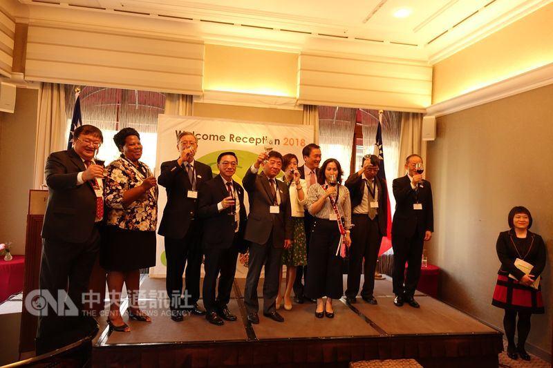 衛生福利部長陳時中(中)20日晚間在外交部酒會表示,一旦危險傳染病爆發,台灣將扮演重要防疫角色。這對全世界而言至關重要,因為傳染病無國界。中央社記者戴雅真日內瓦攝 107年5月21日