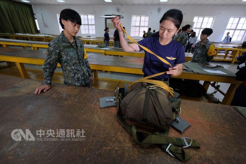 陸軍航特部空降訓練中心22日對外公開傘兵訓練,圖為摺傘員傘具整摺情形。中央社記者王飛華攝  107年5月22日