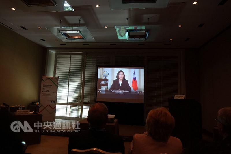 台灣今年雖然未受世界衛生大會(WHA)邀請,但總統蔡英文22日錄影現身日內瓦,特別感謝國際友人對台灣參與世衛的支持。中央社記者戴雅真日內瓦攝 107年5月22日