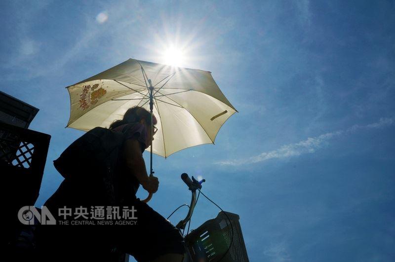 中央氣象局預報員表示,5月16日到22日,台北測站每天都測得35度以上高溫,總計連續7天。(中央社檔案照片)