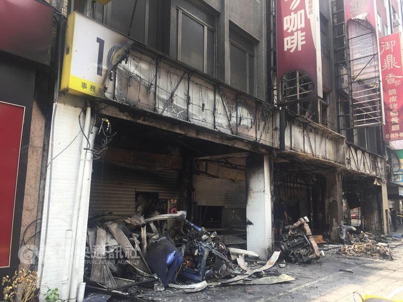 台北市消防局22日凌晨1時許獲報,有一輛保時捷車速過快失控擦撞分隔島後又撞進一旁建物,瞬間起火燃燒,車上兩人當場死亡,並造成15輛車毀損,現場滿目瘡痍。中央社記者黃麗芸攝  107年5月22日