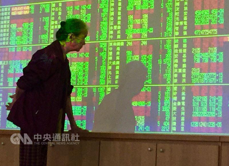 台北股市22日開高走低,收盤跌27.47點,為10938.73點,跌幅0.25%,成交金額新台幣1339.53億元。中央社記者董俊志攝  107年5月22日