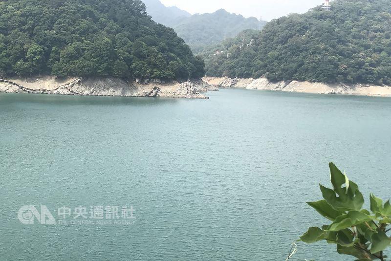 石門水庫蓄水率22日跌破5成,來到49.8%,水位約為230.46公尺,水庫的水約剩9700萬噸,水利署北區水資源局表示,台灣已經進入汛期,對於石門水庫的蓄水率,民眾可以「關心但不用擔心」。中央社記者吳睿騏桃園攝 107年5月22日