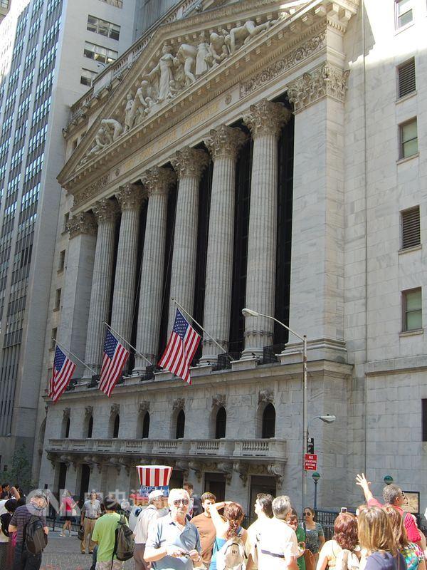 美股21日反彈,道瓊工業指數勁揚298.20點。圖為紐約證券交易所。(中央社檔案照片)