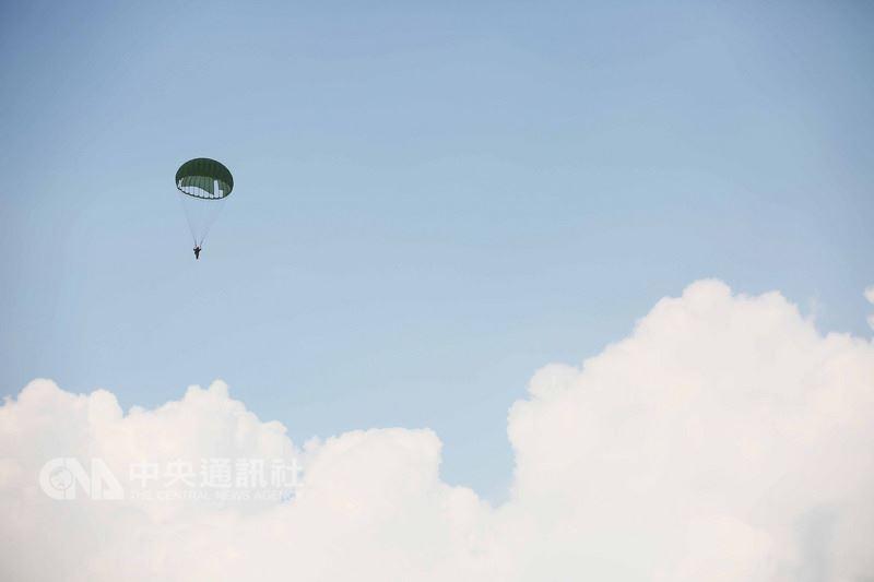 許多民眾可能不知道,國軍傘員跳傘前都會由「自摺自跳」保傘連試風員先行躍出測試風速、風向數據,並回報給空中修正航向,必須擁絕佳技術與經驗才能勝任。中央社記者游凱翔攝 107年5月22日
