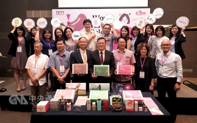 財團法人商業發展研究院22日於吉隆坡舉辦2018 Wow! Taiwan Selects交流會活動,邀請15家台灣品牌參與,駐馬來西亞代表章計平(前排中)也出席打氣。中央社記者郭朝河吉隆坡攝 107年5月22日