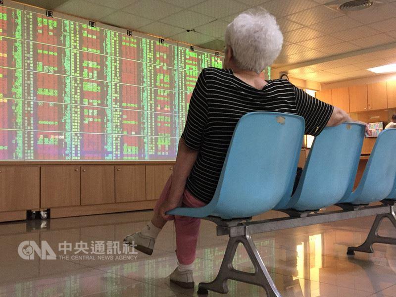 台北股市23日開盤漲35.79點,加權股價指數為10974.52點,成交金額新台幣27.61億元。中央社記者董俊志攝  107年5月23日