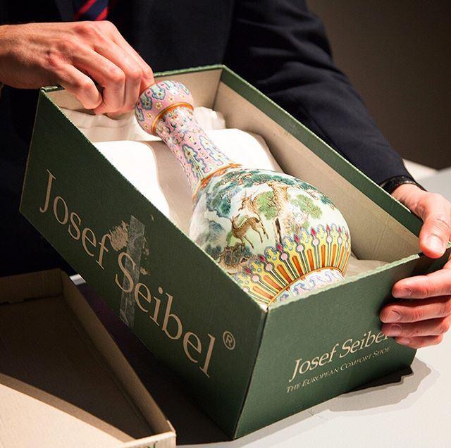 一只被放在鞋盒內的中國清朝時期花瓶,下個月將成為蘇富比拍賣會的矚目焦點。(圖取自蘇富比IG網頁instagram.com/sothebys/)