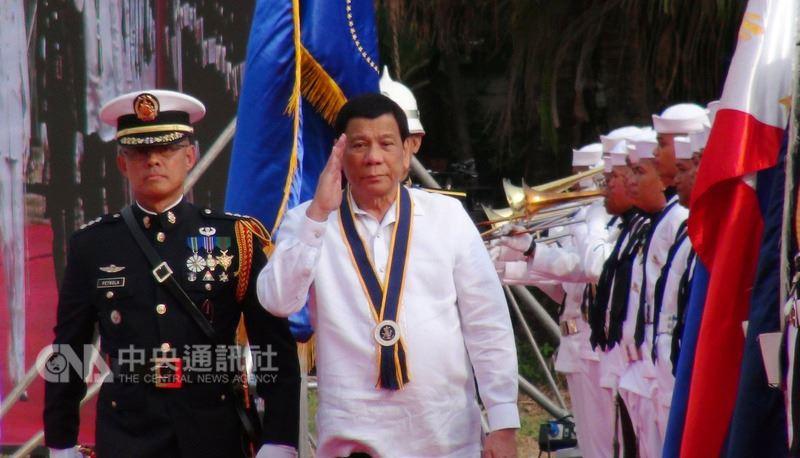菲律賓海軍22日在馬尼拉灣畔的「椰子宮」(Coconut Palace)舉行建軍120週年慶祝活動,菲律賓總統杜特蒂(中)親臨觀禮。中央社記者林行健馬尼拉攝 107年5月22日