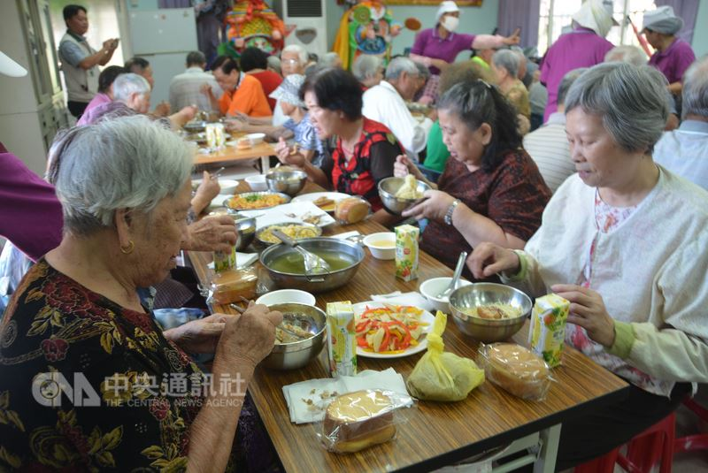 澎湖馬公烏崁社區23日為長者舉辦慶生餐會,多名阿公、阿嬤到場開心參與,享用美味料理也留下美好回憶。中央社  107年5月23日