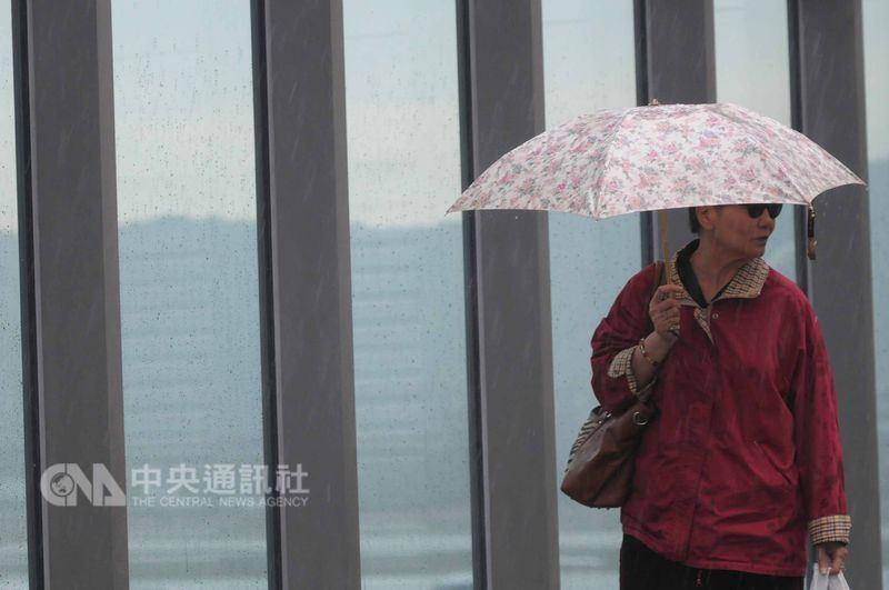 中央氣象局預報員劉沛滕說,23日鋒面通過,東半部地區有短暫陣雨或雷雨,並有局部大雨發生的機率,北部地區也有局部的短暫陣雨或雷雨,鋒面對中南部地區影響較小,主要以午後局部的短暫雷陣雨為主。(中央社檔案照片)