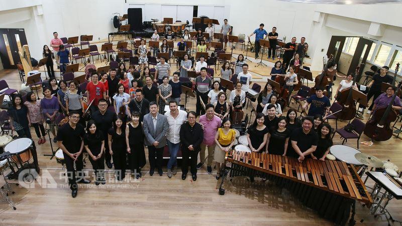 台北市立交響樂團與朱宗慶打擊樂團再度攜手合作,以「激.擊」為題,展現打擊樂與交響樂的合體演奏能量,23日舉行排練記者會,演出團隊現場合影留念。中央社記者張新偉攝 107年5月23日