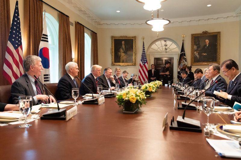 美國總統川普(左3)22日在橢圓形辦公室接待來訪的南韓總統文在寅(右2),他說,兩人這次會面主要就是討論「川金會」。(圖取自美國副總統彭斯推特網頁twitter.com/VP)