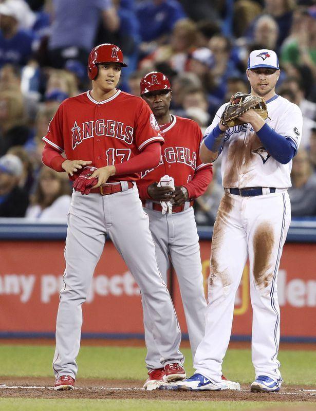 美國職棒大聯盟洛杉磯天使隊日籍二刀流球星大谷翔平(左)22日先發指定打擊第5棒,4次上場打擊無安打,僅靠保送上壘。(共同社提供)