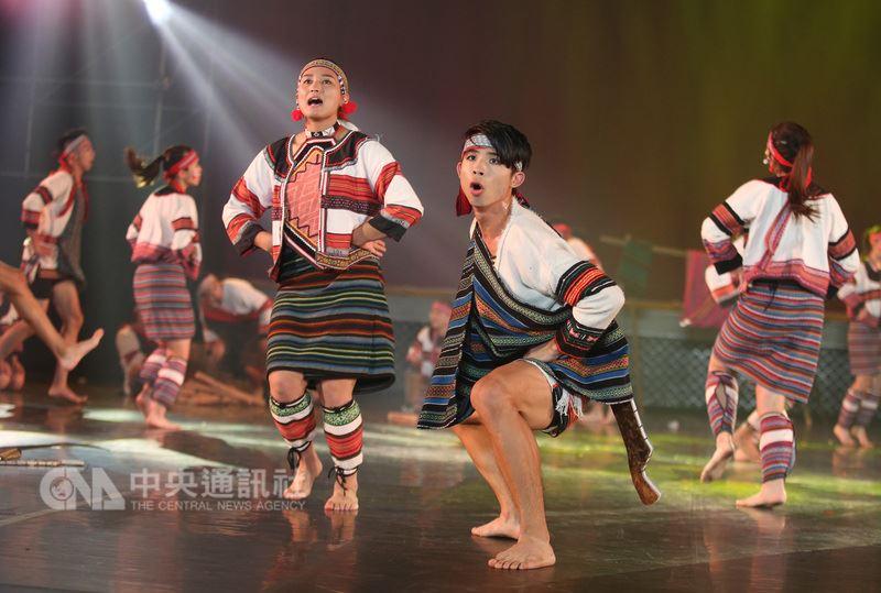 國立台灣師範大學運動與休閒學院107級體育表演會「為動而生」24日舉行首場演出,壓軸演出為原住民舞蹈「泰雅印記」。中央社記者張新偉攝 107年5月24日