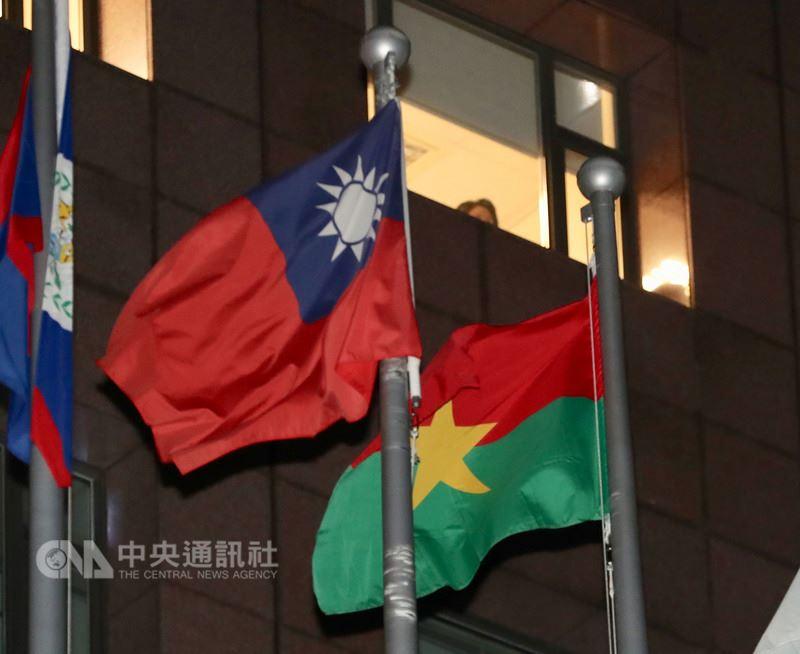 外交部長吳釗燮24日晚間召開國際記者會宣布,布吉納法索與中華民國斷交。圖右大使館外的布吉納法索國旗。中央社記者張皓安攝 107年5月24日