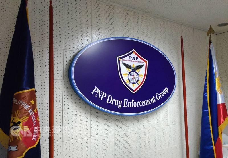 在菲律賓警方緝毒大隊的請求下,台灣刑事警察局及法務部調查局23日在屏東逮捕了涉及多宗重大案件而逃亡10個月的菲國市議員帕洛吉諾格。圖為菲國警方緝毒大隊隊徽。中央社記者林行健馬尼拉攝  107年5月24日