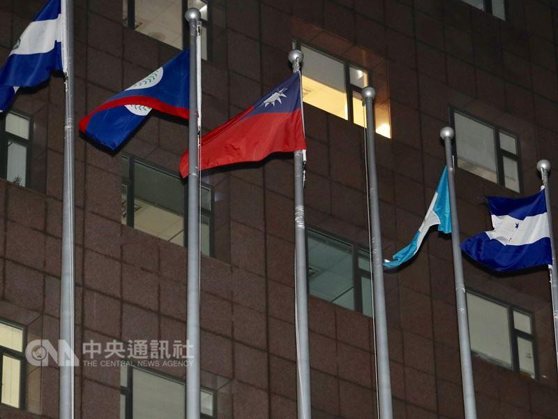 外交部長吳釗燮24日晚間在記者會中正式宣布,布吉納法索與中華民國斷交,外交部也隨即將布吉納法索國旗降下。 中央社記者張皓安攝 107年5月24日