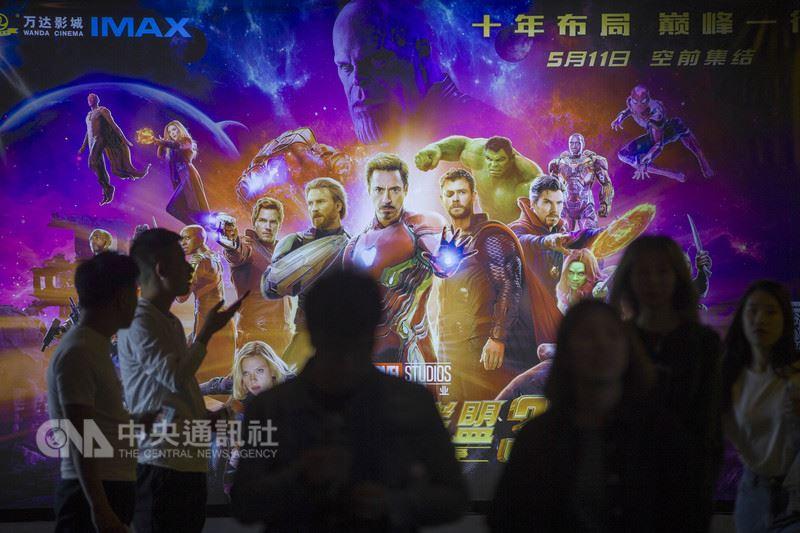 根據貓眼票房榜24日統計,目前中國大陸電影票房冠軍是來自好萊塢的「復仇者聯盟3」,上映14天,票房已飆破人民幣20億元(約新台幣94億元);漫威英雄們為龐大的美中貿易赤字討回一些公道。圖為中國觀眾湧入山西太原一家電影院要看「復仇者聯盟3」。(中新社提供)中央社  107年5月24日