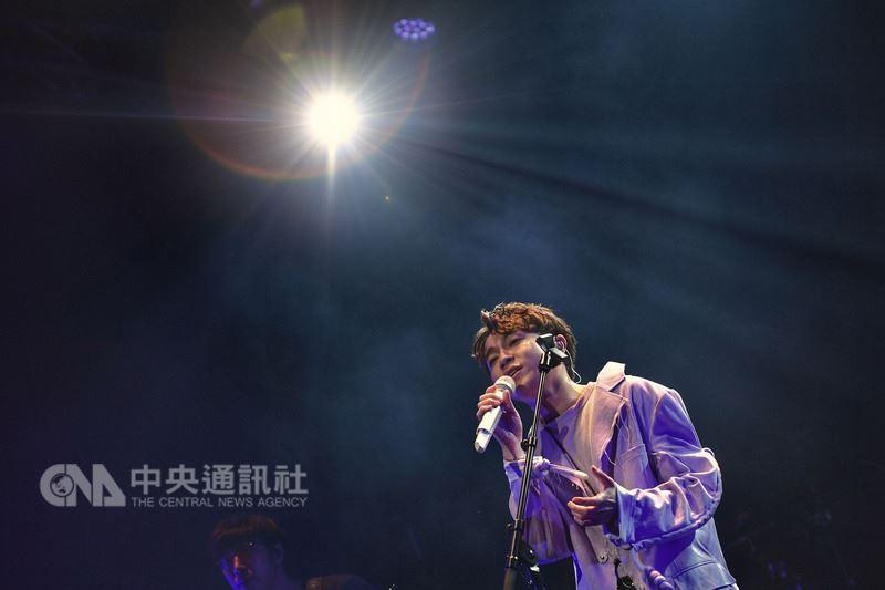 蘇打綠主唱吳青峰26日將在墾丁春浪演出,24日在台北彩排並與新合作樂手公開唱新歌,這是吳青峰單飛首唱。中央社記者王飛華攝 107年5月24日