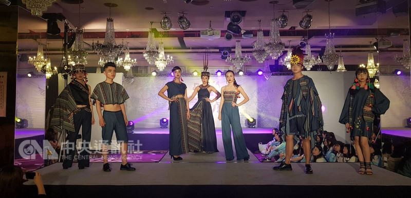 新竹市光復中學時尚造型學程畢業展24日下午舉行,其中有學生結合傳統與現代元素,將原住民圖騰融合到時尚單寧布中,展現創意。中央社記者魯鋼駿攝 107年5月24日