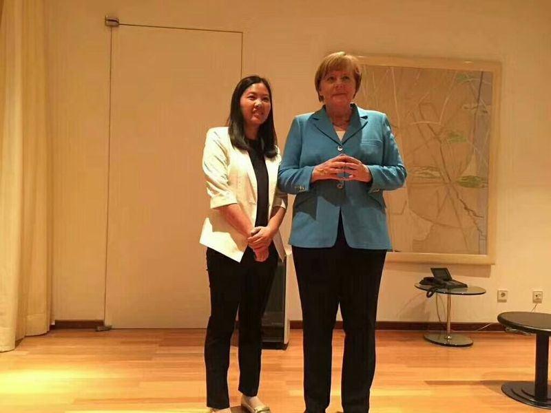 正在中國大陸訪問的德國總理梅克爾(右),24日會見中國維權律師余文生的妻子許豔(左)。(圖取自姚建清推特 twitter.com/yjianqing)