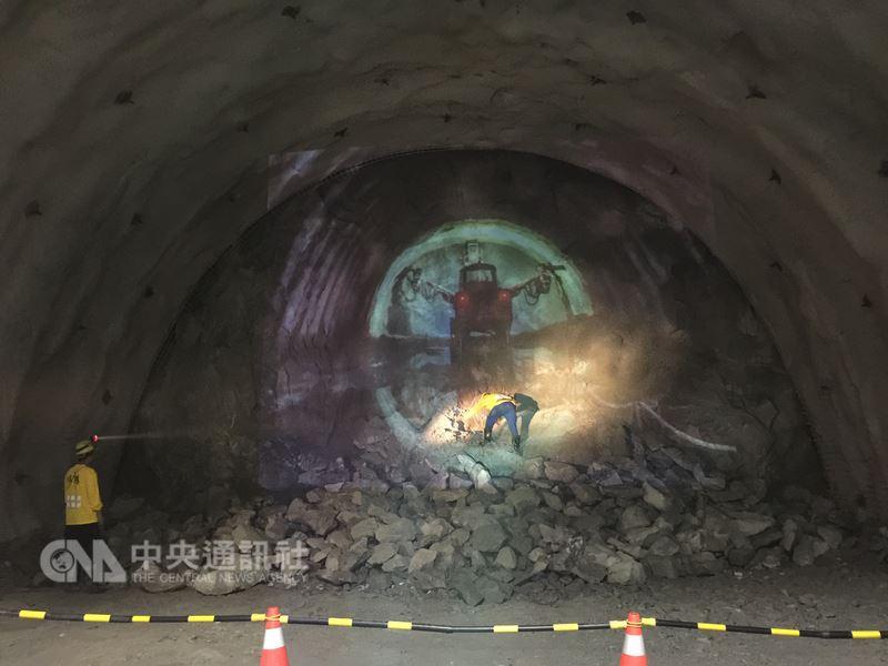 蘇花改中仁隧道雖不是蘇花改工程中最長或最高難度的隧道,但施工環境卻是最差,粉塵多、空氣差、溫度高,常有人身體不適,嚴重者還會昏倒被抬出山洞。所幸歷經千辛,中仁隧道終於在25日貫通。中央社記者李先鳳攝 107年5月25日
