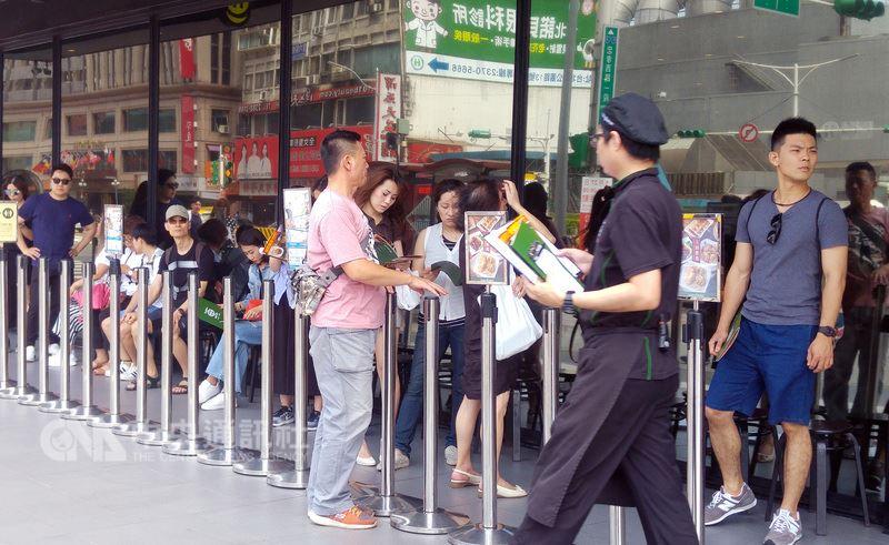 主計總處25日將2018年經濟成長率上修0.18個百分點至2.6%。圖為台北市一間餐廳門口排隊人潮。(中央社檔案照片)