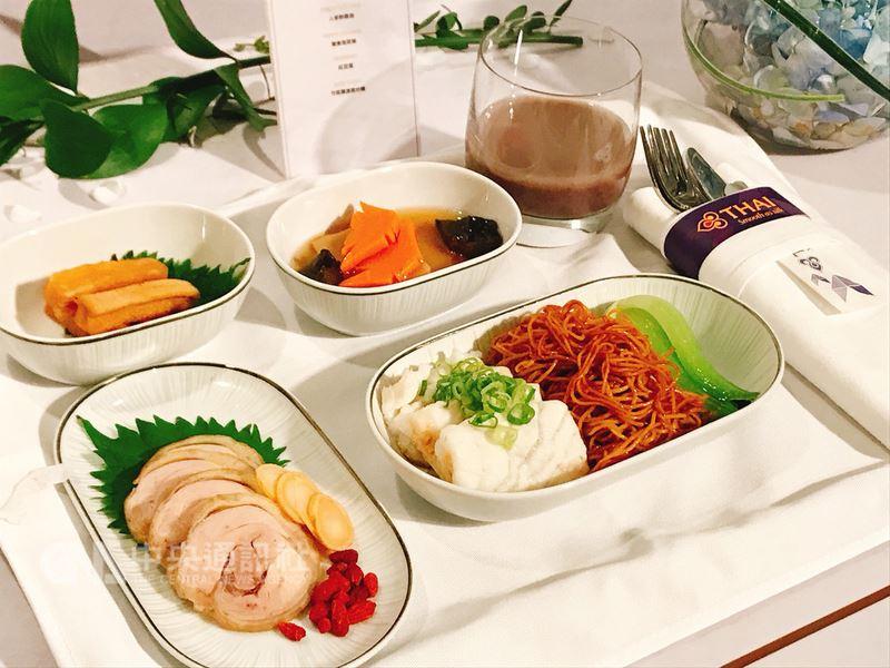 台北文華東方酒店和泰國航空25日召開記者會,宣布從6月起至8月底將合作推出機上餐點,旅客搭乘泰航台北飛往曼谷的商務艙,就能在空中體驗米其林星級美味。中央社記者陳葦庭攝 107年5月25日